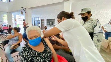 Photo of Reciben la vacuna contra covid-19 en Cancún personas con apellidos de la V a la Z