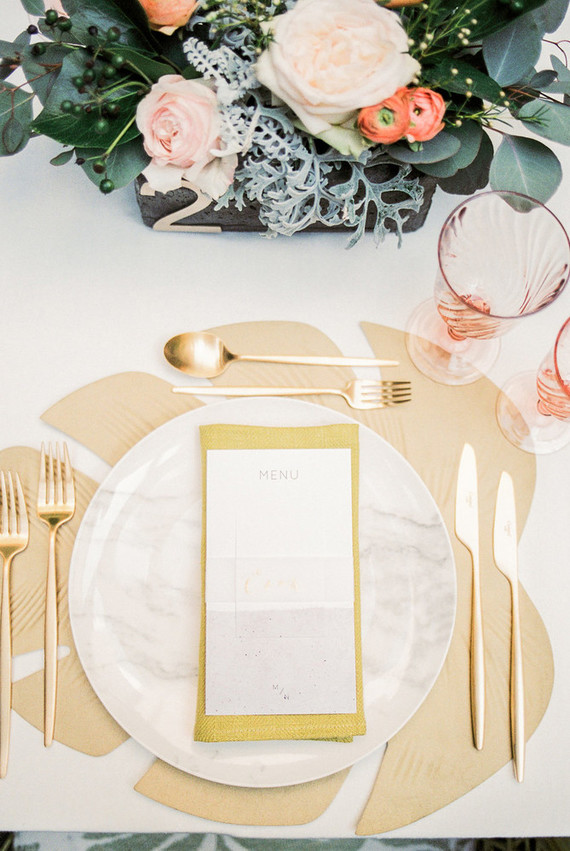 Tropical gold place setting. Cañigueral mesas con esencia