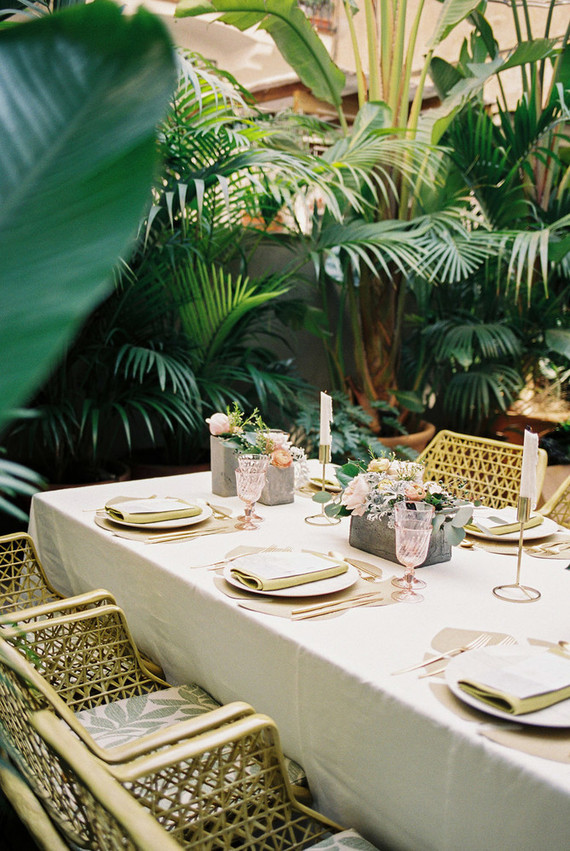 Tropical pink and gold wedding inspiration. Cañigueral mesas con esencia