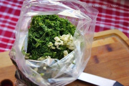 Böyle poşet bulmakta zorluk çekenler hava almayan kapaklı taslardan da kullanabilirler. Yada Buzdolabı poşetlerinden kullanabilirsiniz. Tüm malzemeyi bir tas içinde harmanlayıp poşet içine doldurun.