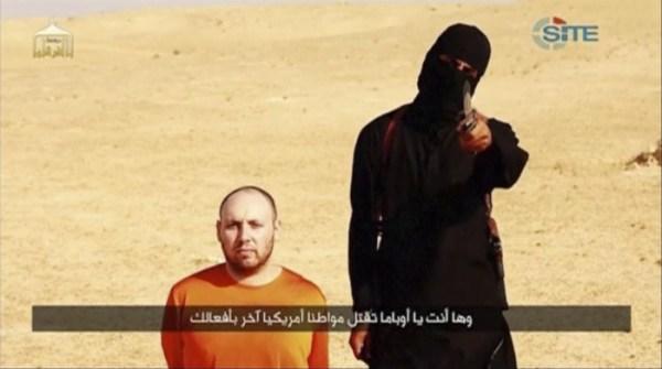 Jihadi John junto a Steven Sotloff, imitando un gesto propio del cine de acción