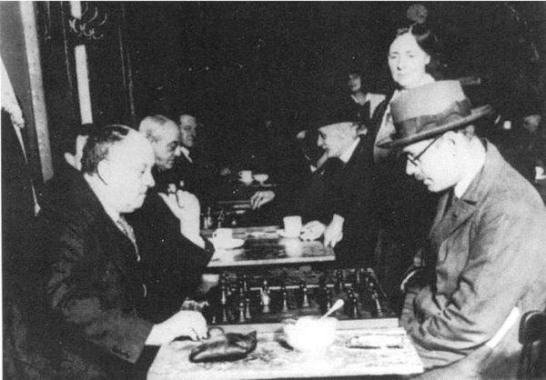 Crowley y Pessoa para 1930 jugando al Ajedrez, de lo cual el primero era un reconocido maestro