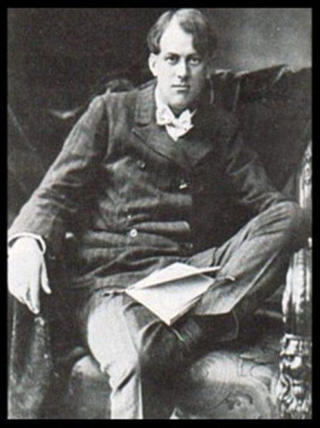 El espíritu de Óscar Wilde revolotea esta foto de Crowley en Cambridge