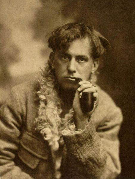 El Crowley decadentista; émulo de Baudelaire en esta foto