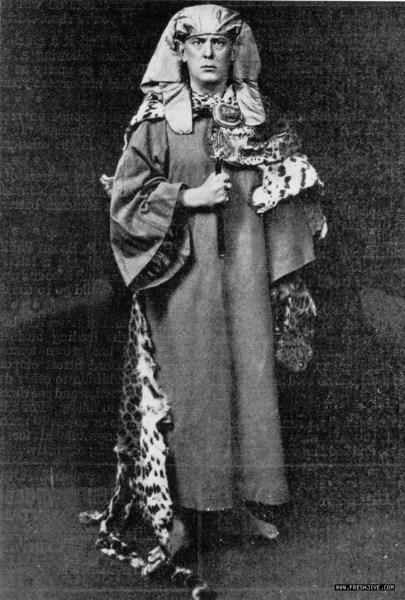Crowley con su ropaje de Amanecer Dorado, en una foto tardía