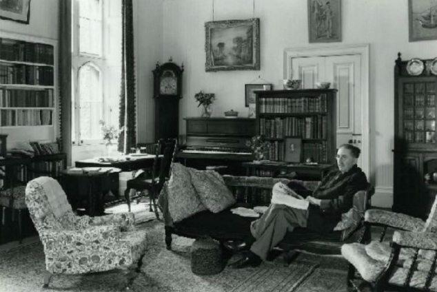 El escritor E.M. Frster en su estudio.