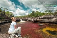 Mujer contemplando el paisaje de Caño Cristales / Fotografía por Mario Carvajal