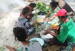 NTC trainees Rona Stephen, Jerryann Harkey, Jemori Bujen with Master Canoe Builder Binton Daniels his wife Naijo teaching how to make traditional food. Photo: Sealand Laiden