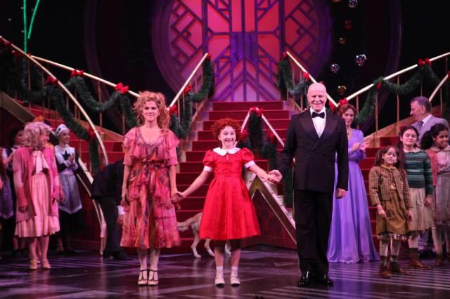 Os atores de Annie no palco