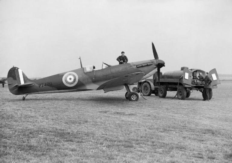 Ground_staff_refuelling_a_Supermarine_Spitfire_Mk_IIA_of_No._19_Squadron_RAF_at_Fowlmere_near_Duxford_in_Cambridgeshire_September_1940._CH1357.jpg