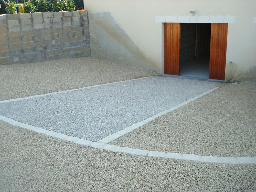 Cour en béton désactivé bicolore par Cap Vert Paysage 37