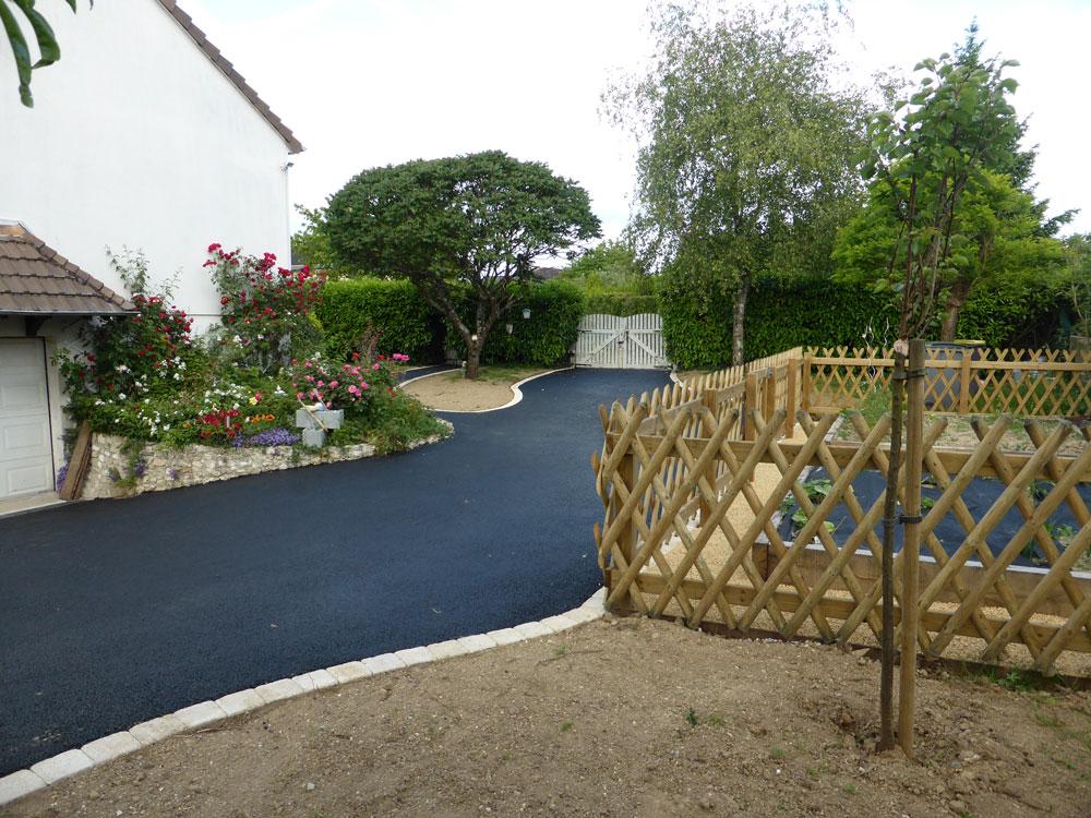 Allée en enrobé noir avec bordure pavée par Cap Vert Paysage 37