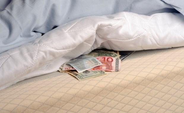 Στραγγίζουν οι λογαριασμοί ταμιευτηρίου, στερεύει το χρήμα στο στρώμα