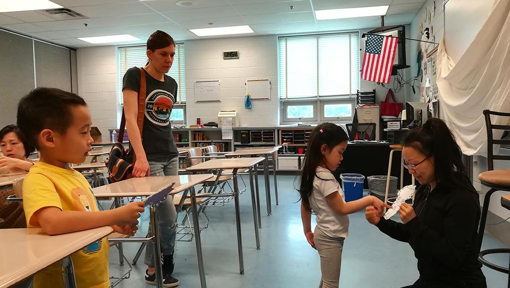 中文小小幼儿班奉英老师正在考核每一个学生认生字