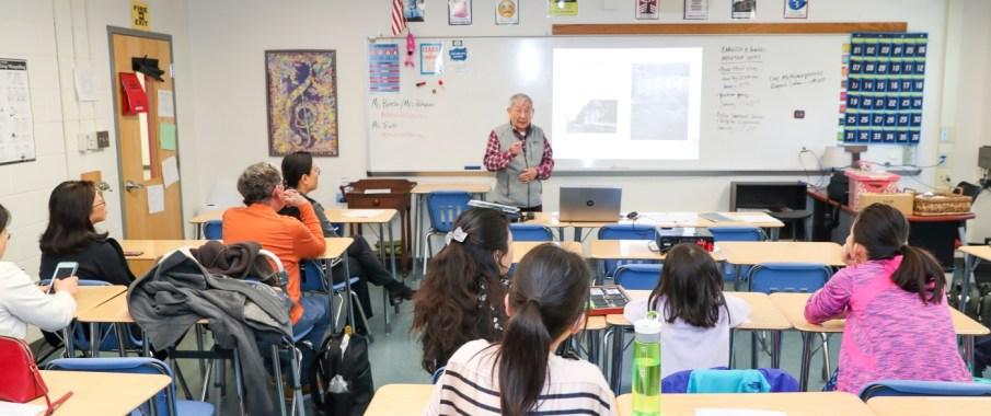 毛戎老师正在为家长们讲解书法历史。