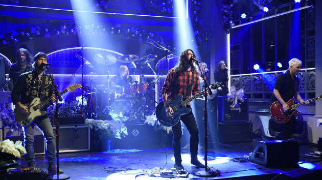 Foo Fighters Snl Christmas.Watch Dave Grohl In Cut For Time Snl Sketch Capital City