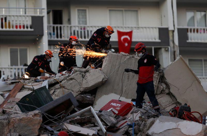 Rescatan a mujer y tres de sus hijos tras terremoto en Turquía; cifra de  muertos asciende a 37