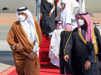 Saudi crown prince embraces Qatar, signs 'solidarity' deal