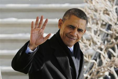 President Barack Obama waves before departing the White House in Washington.  (REUTERS/Larry Downing)