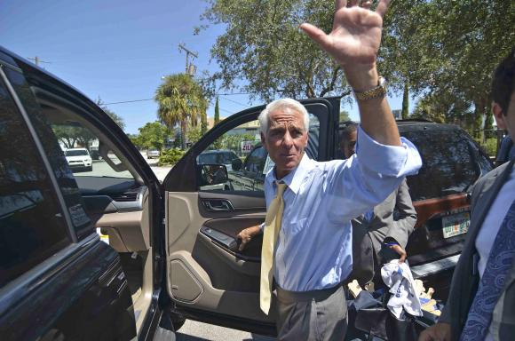 Former Florida Governor Charlie Crist waves after meeting supporters (REUTERS/Gaston De Cardenas)