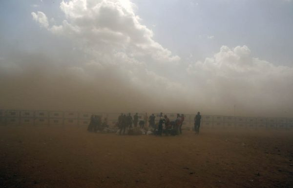 Syrian refugees enter Turkey during a sand storm at Yumurtalik crossing gate near Suruc, Turkey (AP Photo/Burhan Ozbilici)