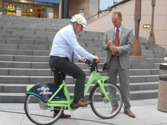 Mayor Murray and his SDOT director check out a new Pronto bike before the system's launch (Image: SDOT)