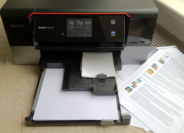 Praktisch: Ein Papierfach für Normal- und Fotopapier im Hero 7.1. von Kodak