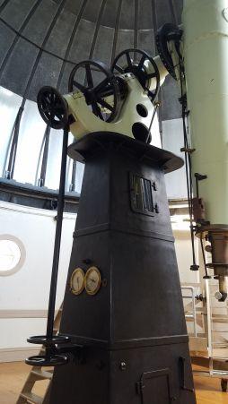 """Montura ecuatoria del telescopio 1904 Alvan Clark & Sons 16"""". Ésta tiene un sistema """"clock drive"""" el cual provee seguimiento de unos 20 minutos después de darle cuerda. Foto: Gustavo Sánchez."""