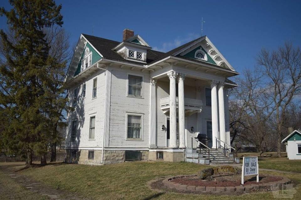 1908 Colonial Revival In Garden Grove Iowa