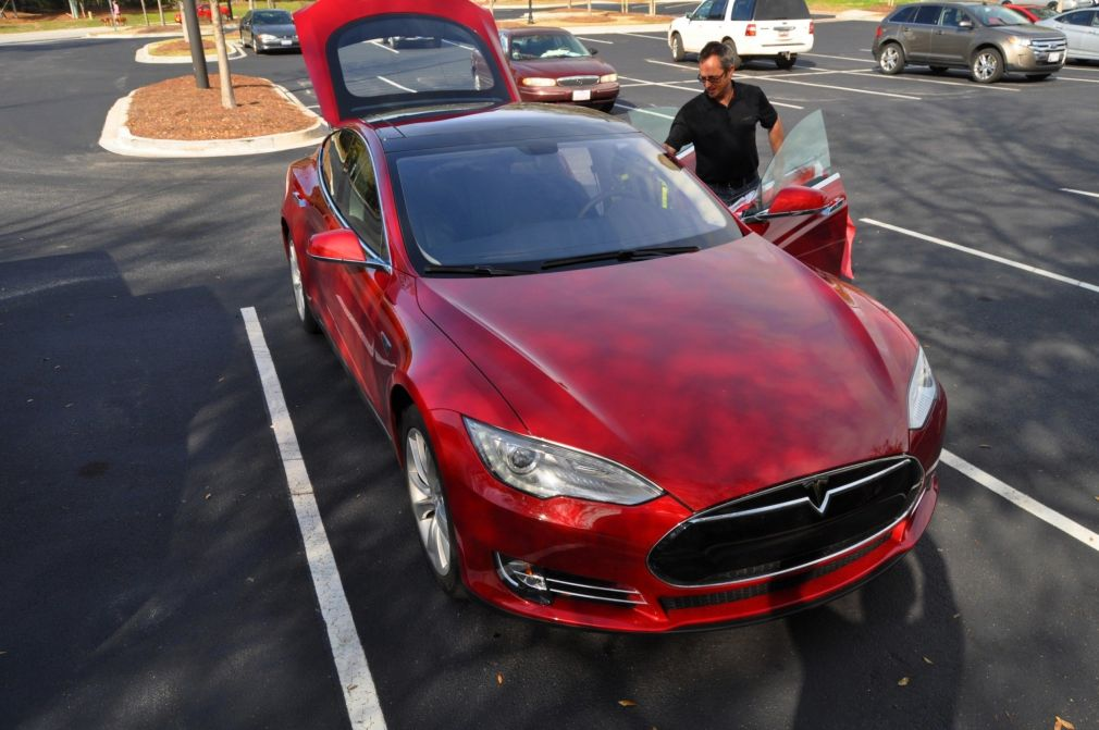 2014 TESLA Model S 85 -- Road Test Video Review -- 1500-words -- 250 Images -- Smooth Power, Great Dynamics, Unequivocal EV Brilliance 23