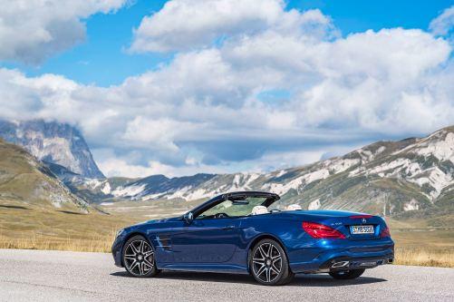 Mercedes-Benz SL 500. Brillantblau mit AMG Line. Mercedes-Benz SL 500. Brilliant blue with AMG Line.