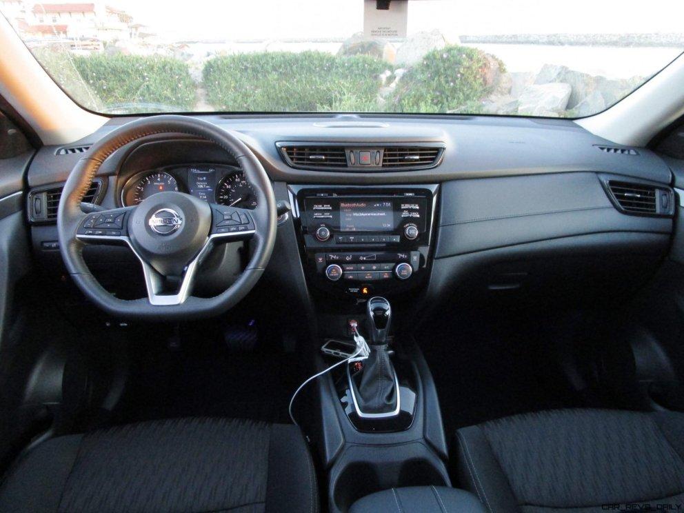 2017 Nissan ROGUE Interior 19