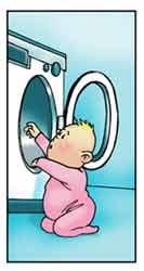 Un bambino sta entrando nella lavatrice attraverso lo sportello lasciato aperto.