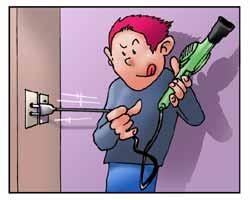 Un uomo toglie la spina del phon dalla presa elettrica.