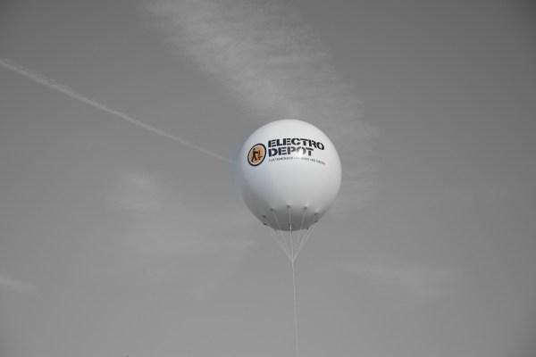 Electro Dépôt, le spécialiste de l'électro ménager Low Cost - Action d'ouverture - Showroom Anderlecht - Caractère Event - Ballon Gonflable géant - Noir & Blanc