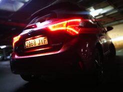 trasera nocturno Toyota Yaris hibrido