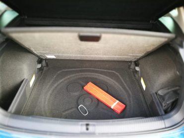 espacio bajo el maletero