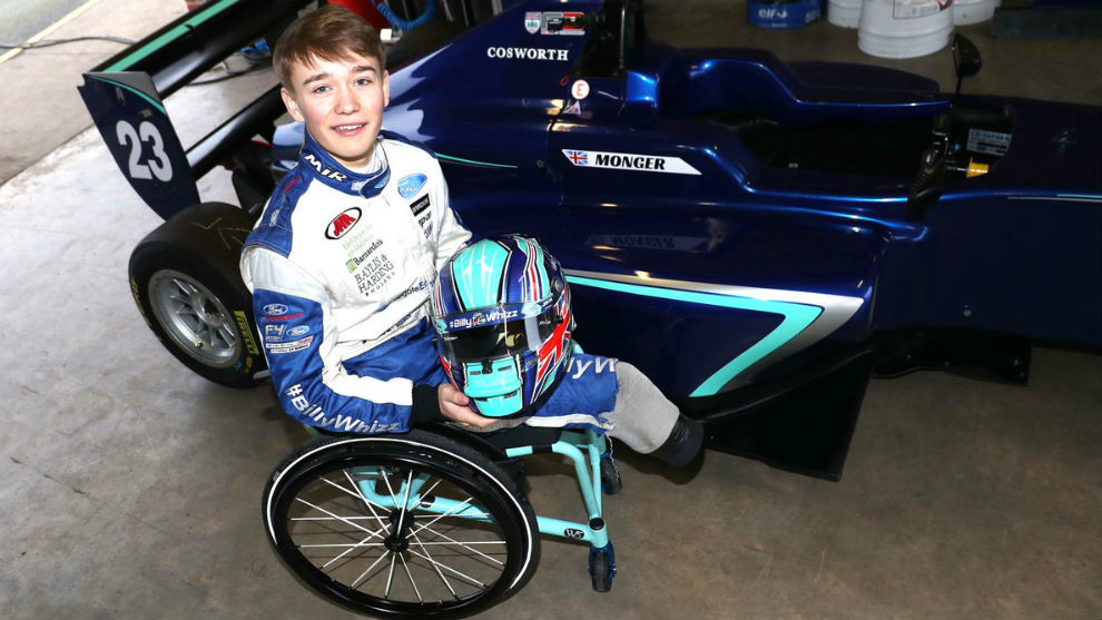 Billy Monger junto a su F3