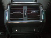 Salidas de aire traseras y botones de asientos calefactables traseros
