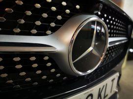 Detalle emblema Mercedes