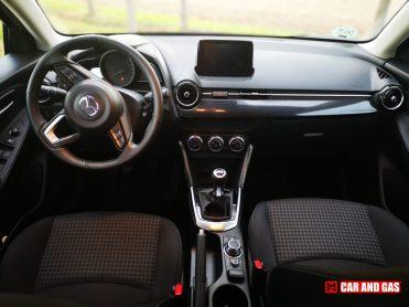 El interior del Mazda 2 Black Tech Edition se caracteriza por los detalles simil carbono y asientos en tela negros