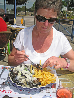 Liz enjoying moules et frites at St Gilles