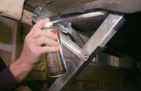 spraying-the-caravan-corner-steady-thread-with-lubricant