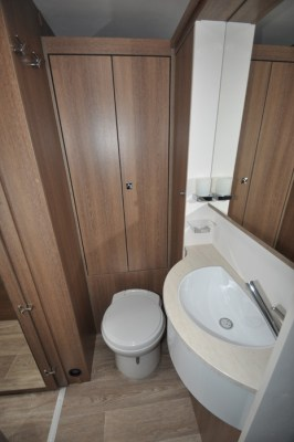 Dethleffs Trend T7017 washroom