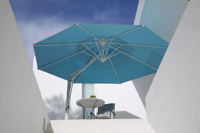 Sonnenschirm Belvedre türkis rund Terrasse
