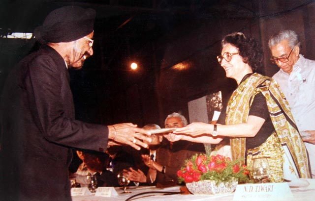 Harpal Singh receiving the keys to the First Maruti 800 Car in India from then Prime Minister Indira Gandhi
