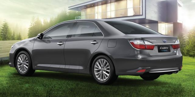 2017 toyota camry hybrid rear angle images