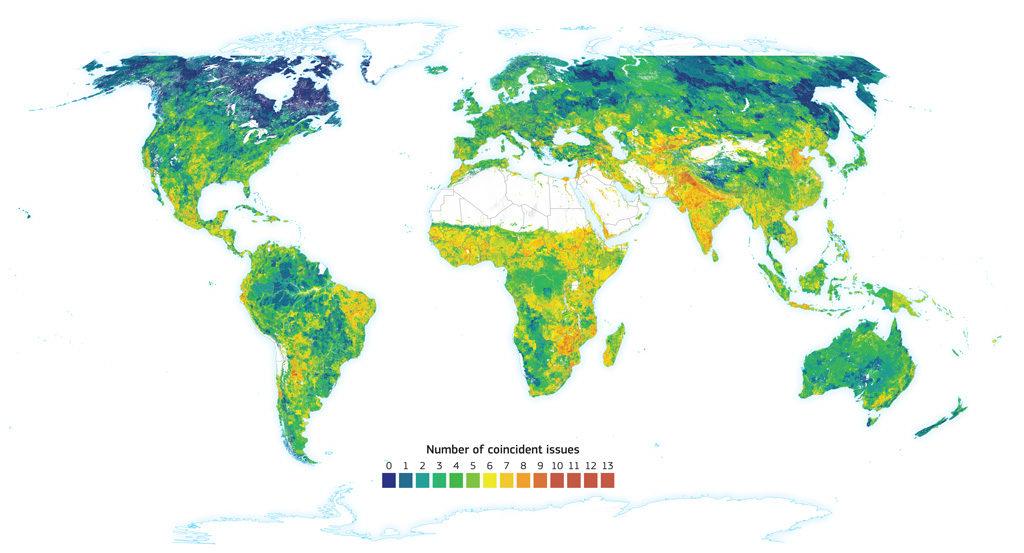 Carte montrant la «convergence des preuves» de 14 risques de dégradation des sols tirés de la troisième édition de l'Atlas mondial de la désertification. Ombrage indique le nombre de risques coïncidents. Les zones qui en ont le moins sont indiquées en bleu, qui augmentent ensuite en vert, jaune, orange et le plus en rouge. Crédit: Office des publications de l'Union européenne
