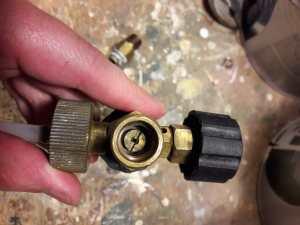 De nozzle kun je met een grote schroevendraaier losmaken. De nieuwe gaat er op dezelfde manier terug in