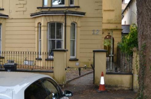 Ground floor 1 bed flat. Refurbished to a high standard with modern décor and laminate flooring and leather sofas. Luxury fully tiled bathroom with shower. Separate lounge to kitchen.. Ideal location for professionals working in the City centre or requiring access to Queen St Train station. Gas central heating and double glazing. Suitable for professionals.